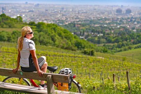 Radfahrerin genießt die Sonne in Weingarten