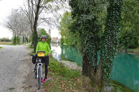 Radfahrerin an der Etsch in Venetien