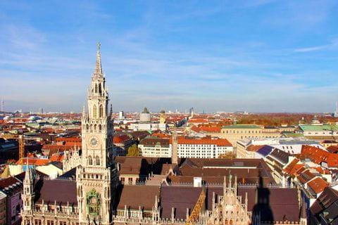 Blick von oben auf das Münchner Rathaus