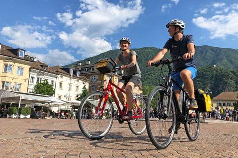 Radfahrer im Stadtzentrum von Bozen