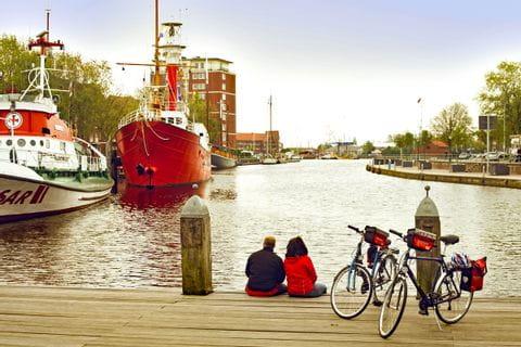 Radpause am Hafen in Emden
