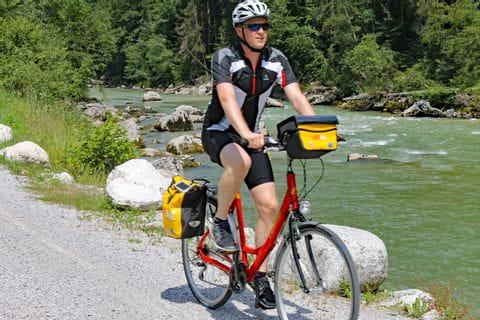 Radfahrer fährt entlang des Tauern-Radweges