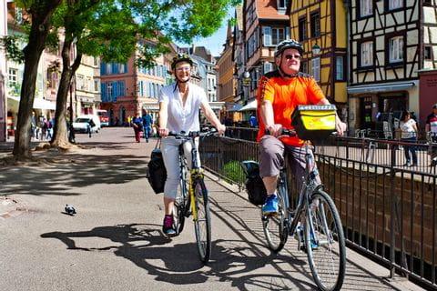 Radfahrer auf demWeg durch das pittoreske Colmar