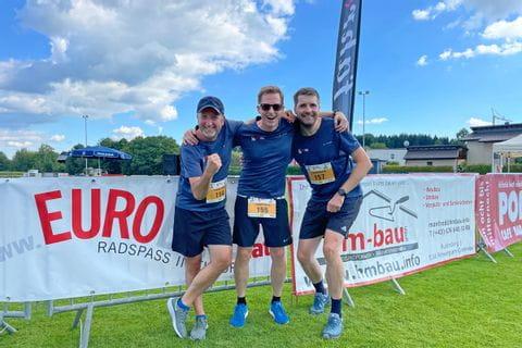 Drei Läufer freuen sich