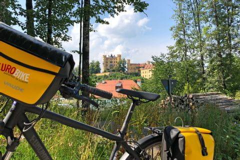 Fahrrad mit Blick auf Hohenschwangau in Füssen