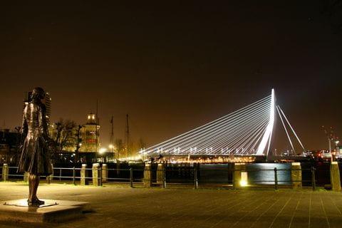 Erasmusbrücke bei Nacht