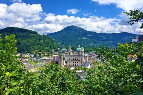 Blick auf Salzburg mit Bäumen im Vordergrund