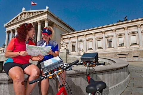 Radfahrerinnen vor dem Wiener Parlament
