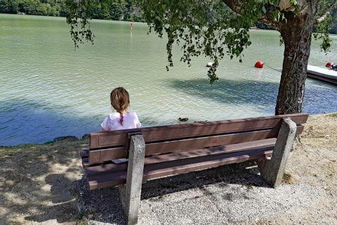 Kinder genießen den Ausblick auf die Donau