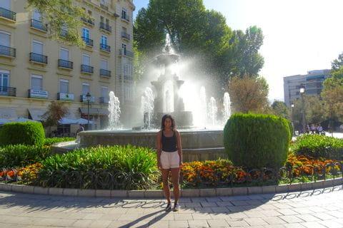 Fatima vor Springbrunnen in Granada