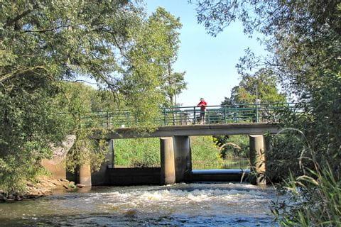 Brücke über einen Fluss bei der Lüneburger Heide Rundfahrt