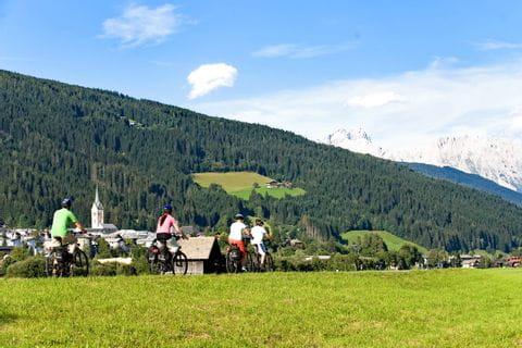 Radfahrer mit Waldlandschaft
