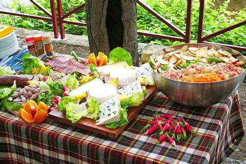Picknicktisch mit Leckereien aus dem Elsass
