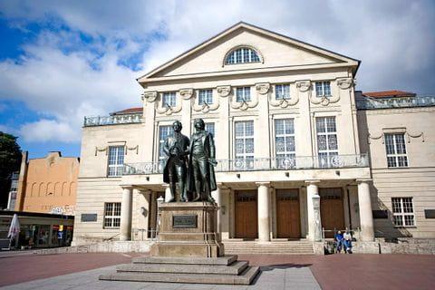 Goethe und Schillerstatue vor dem Theater in Weimar