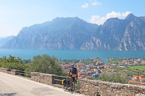 Radler am Etschradweg mit Blick auf die Gardasee-Kulisse