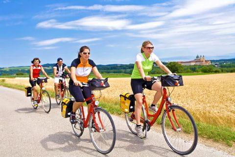 Radfahrer mit wunderschöner Landschaft und Stift Melk im Rücken