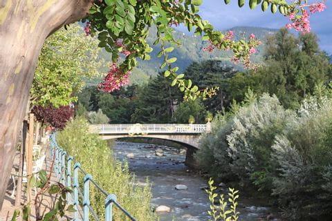 Blick auf die Brücke an der Etsch in Meran