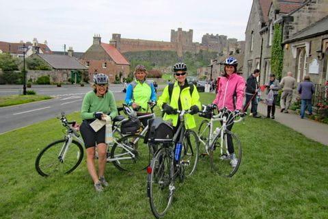 Radfahrer nach einer Schlossbesichtigung