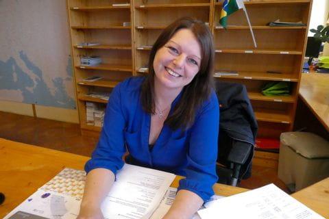 Sabine auf ihrem Arbeitsplatz