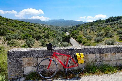 Fahrrad mit Tal im Hintergrund