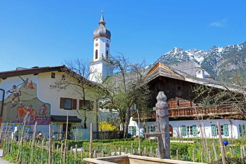 Ortsbild von Garmisch mit verschneiten Berggipfeln im Hintergrund