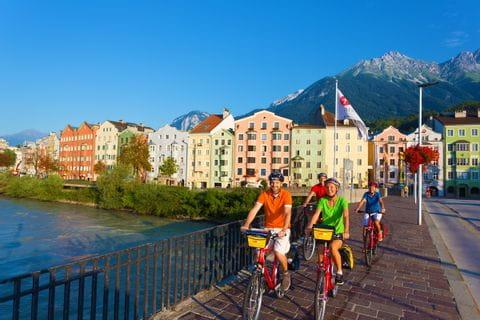 Radfahrer überqueren den Fluss Inn