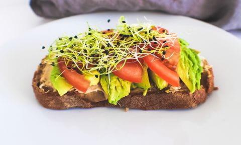 Vollkornbrot mit Avocado und Tomaten