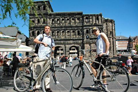 Radfahrer vor dem Porta Nigra