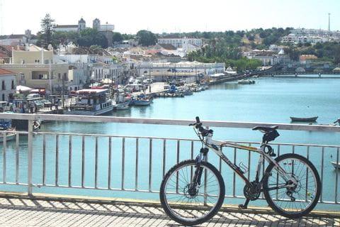 Fahrrad auf einer Brücke in Sagres