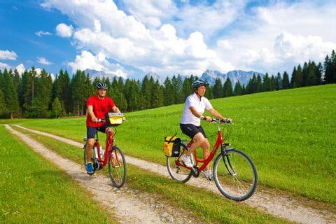 Zwei Radfahrer auf dem Radweg in Klais