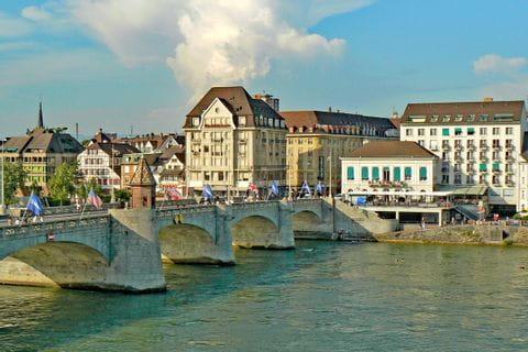 Blick über den Rhein mit einer Rheinbrücke in Basel