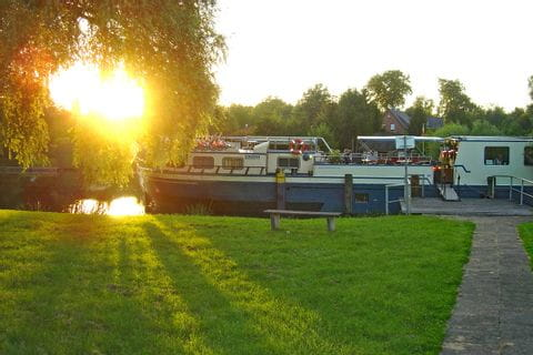 MS Mecklenburg bei Sonnenuntergang