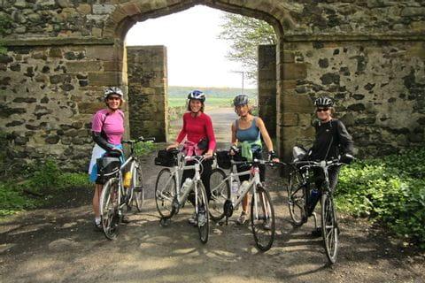 Radfahrer vor einem Schlosstor