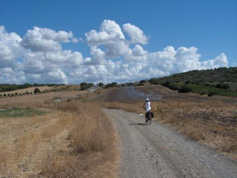 Radler auf einsamer Straße