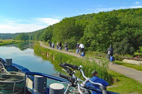 Radfahrer entlang Kanal