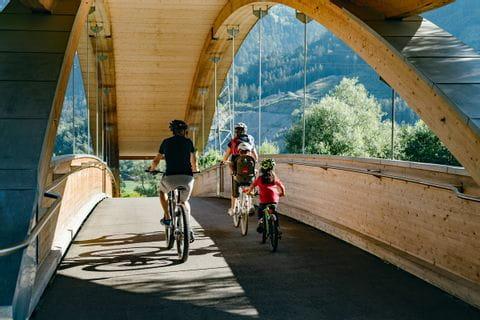 Radfahren über Holzbrücke