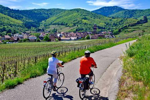 Radfahren durch die malerische Landschaft bei Kayserberg