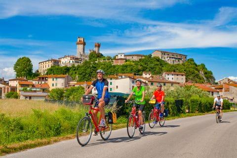 A group of cyclists next to Nozzano