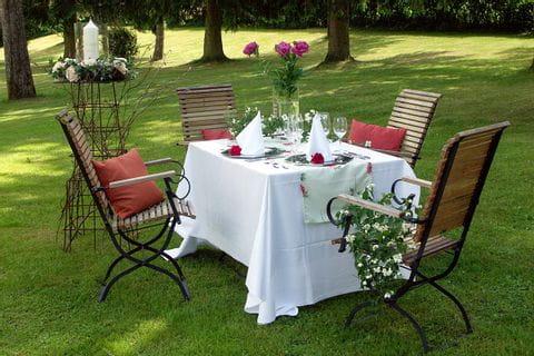 schön gedeckter Tisch im Garten des Rosenthaler Hofes