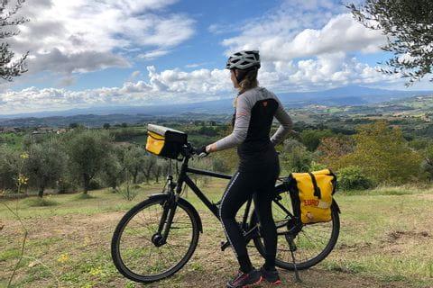 Verena blickt auf Landschaft in Umbrien