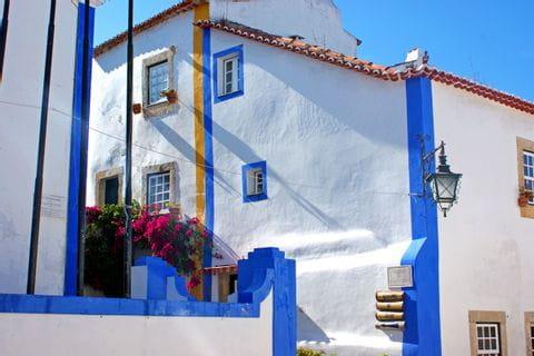 Typisches weiß-blaues Haus in der Küstenregion von Obidos