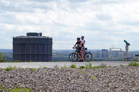 Ausblick auf Bottrop mit Radfahrer im Vordergrund