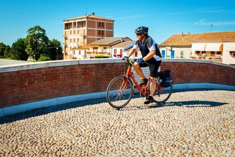 Ein Radfahrer auf einer Brücke in der Nähe von Mantua