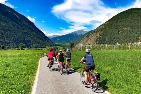 Radfahrer radeln am Talradweg in Südtirol