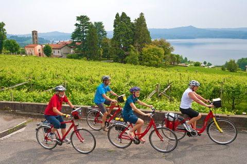 Radfahrer mit Blick auf den Viverone See in Piemont