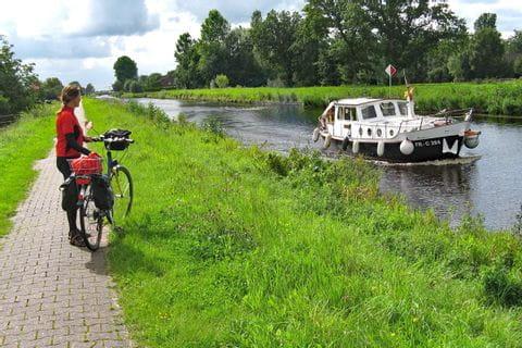 Sternfahrt Ostfriesland Radfweg entlang eines Kanals