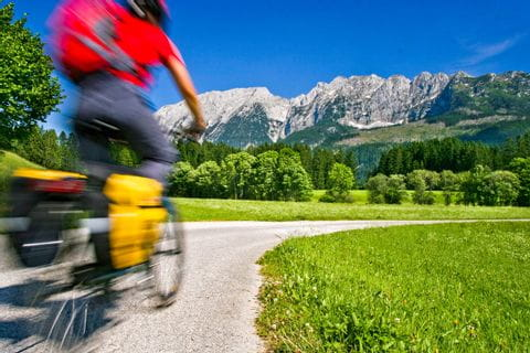 Radfahrer vor Bergpanorama