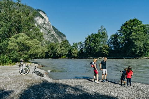 Pause am Ufer entlang des Drau-Radwegs