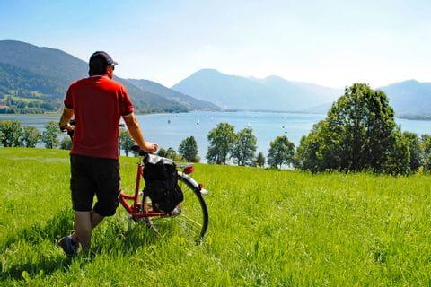 Radfahrer blickt auf einen See