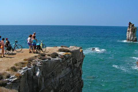 Radlergruppe auf Steilküste